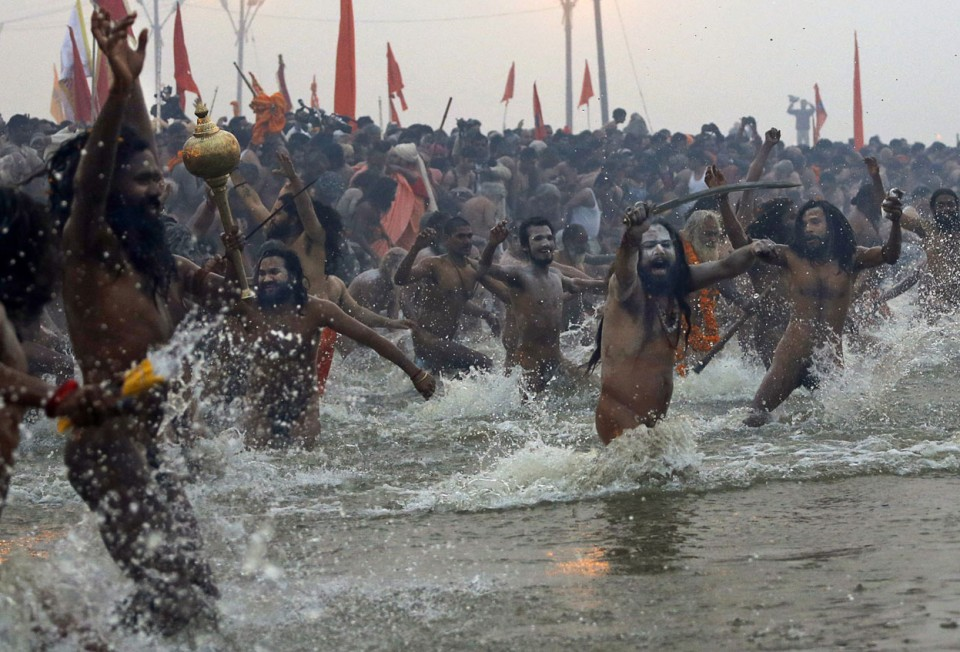 Naga-Sadhus-run-naked-into-the-water-at-Sangam-during-the-royal-bath-on-Makar-Sankranti-at-the-start-of-the-Maha-Kumbh-Mela-in-Allahabad-on-January-14-2013.-AP-PhotoKevin-Frayer-960x652